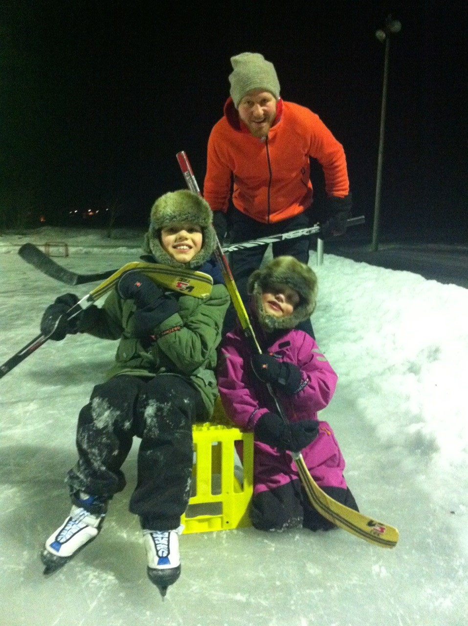 Ingebrigt, Maria og Knut prøvekjører isen på Bordholmen.  Foto: Laila K. Bergli