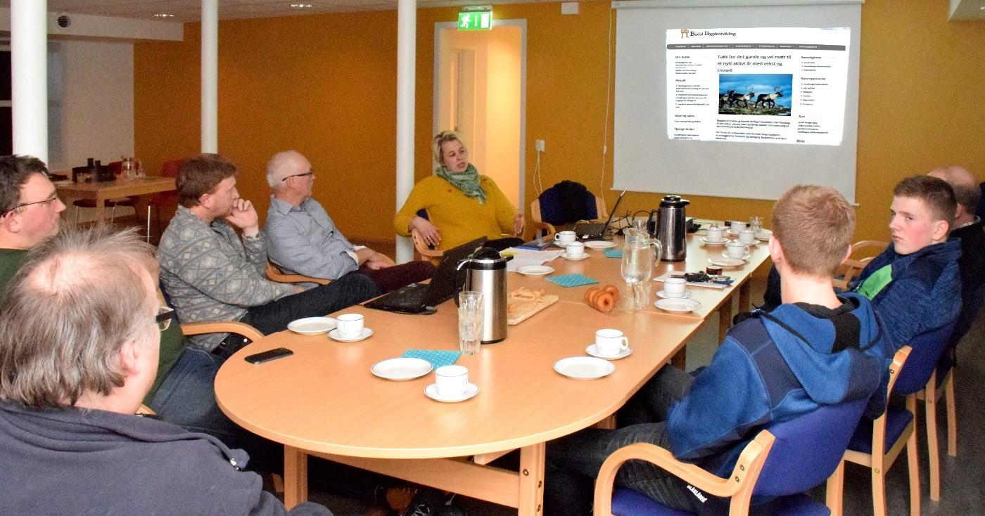 Gjengen i Budal samla til første møte med tanke på å revitalisere nettsida til Budal Bygdeutvikling - budal.net.   Foto: Jon Olav Ørsal