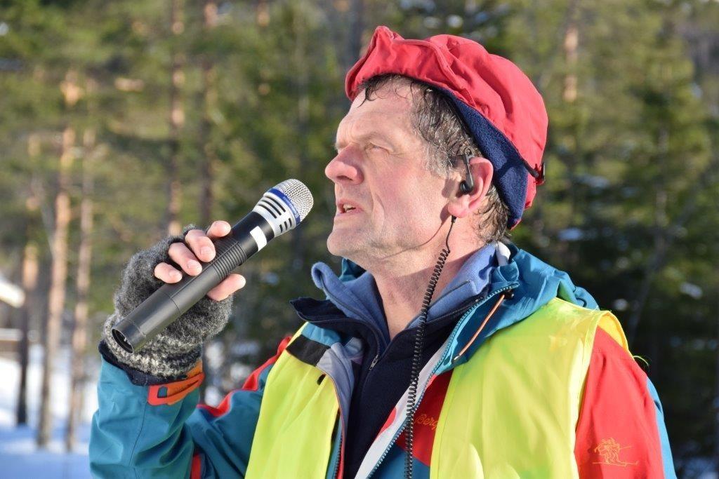 Nils Ove Bruset har vore både rennleiar og speaker. han takkar alle som har bidrege til eit vellykka arrangement.  Foto: Jon Olav Ørsal