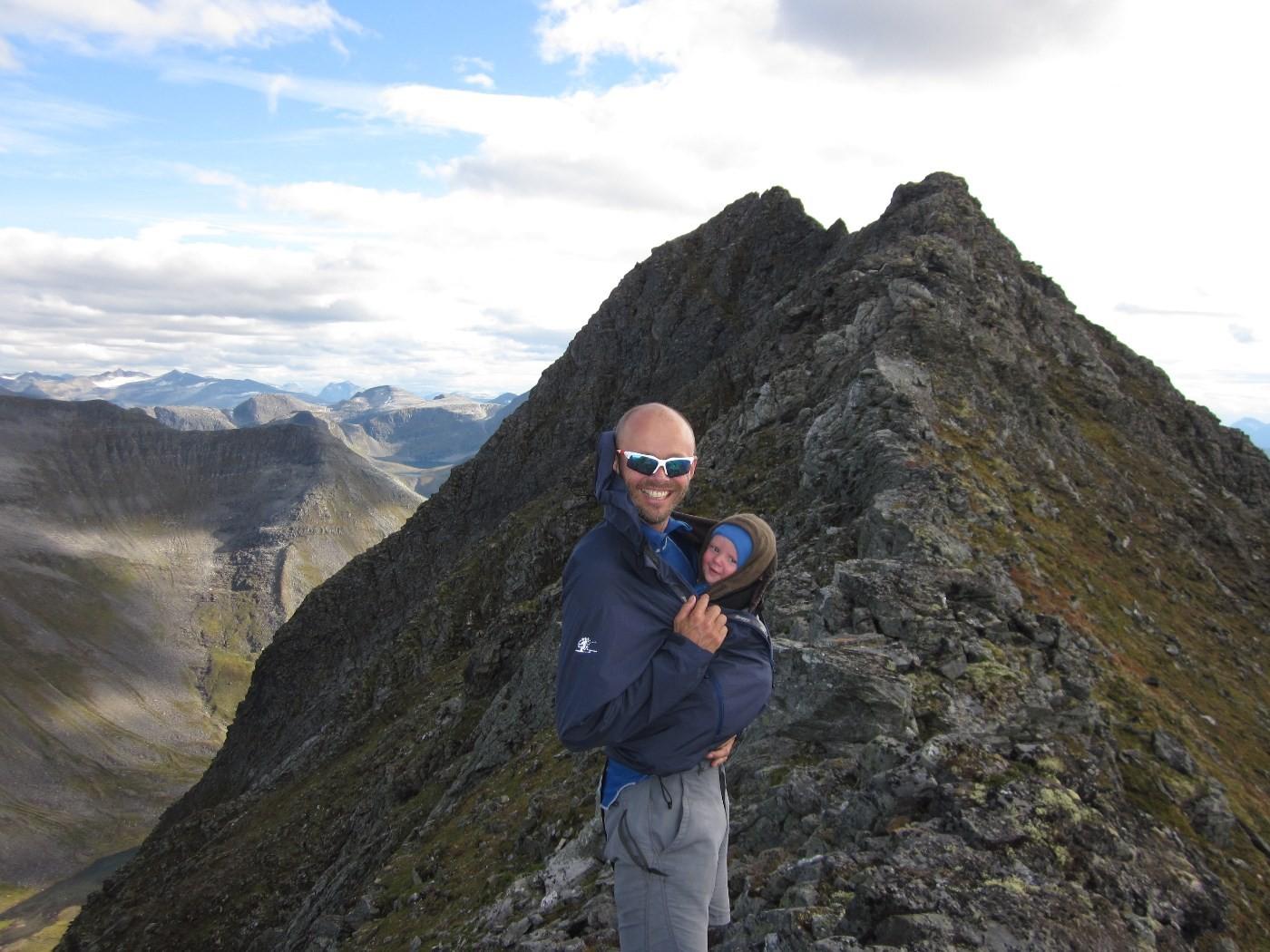 Far og son på veg til ein av toppen - nå vil dei utforske Todalsfjella.  foto: Privat