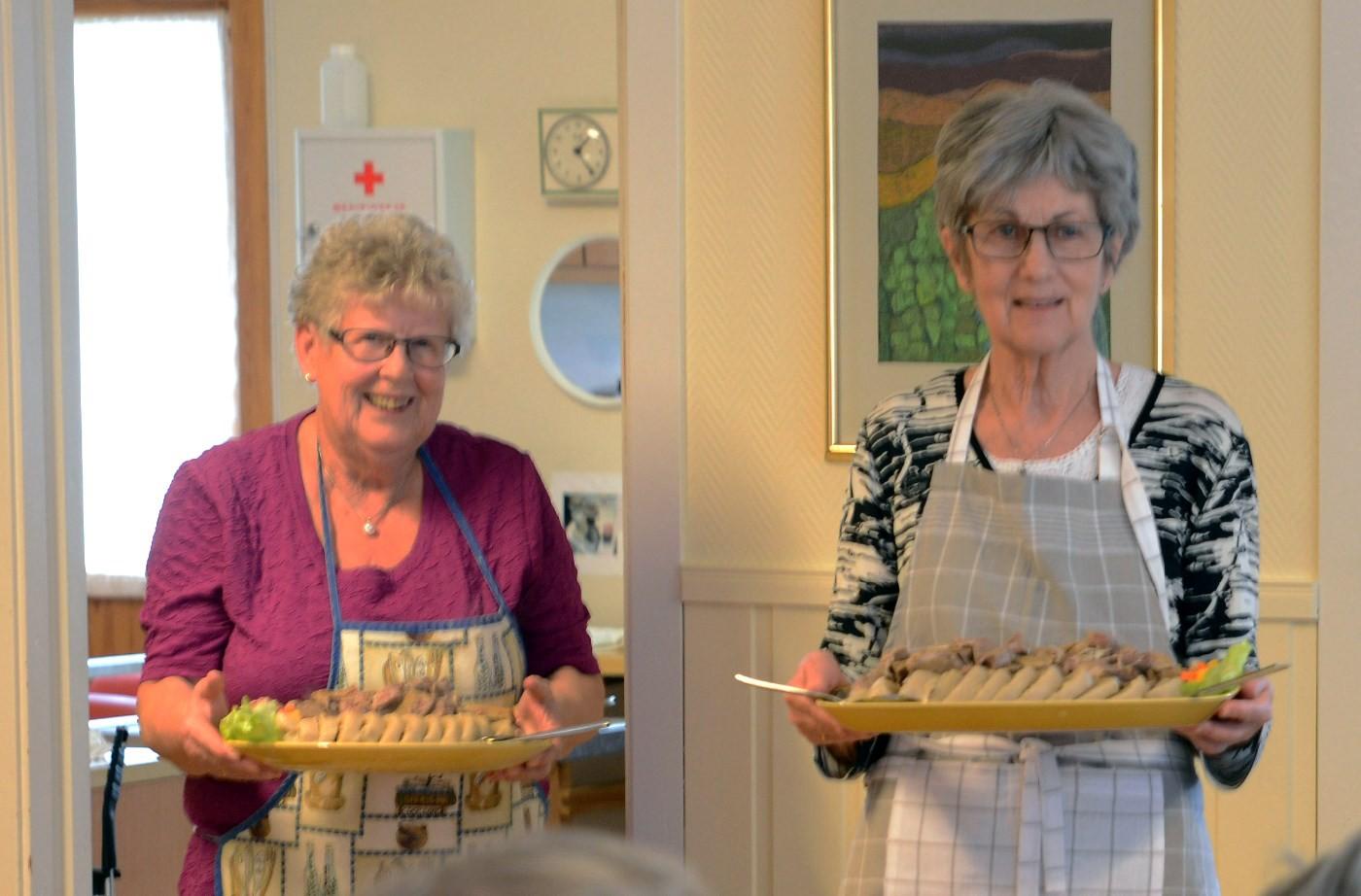 Kokkane - Karen Johanne og Jorunn - klare for servering av kjøtt og påsse.  Foto: Reidar Østvik
