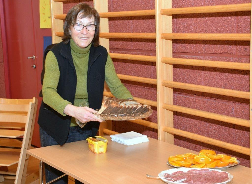 Signe Grønmyr hadde baka brød i steinomnen i eldhuset i Steinarstua.  Foto: Jon Olav Ørsal