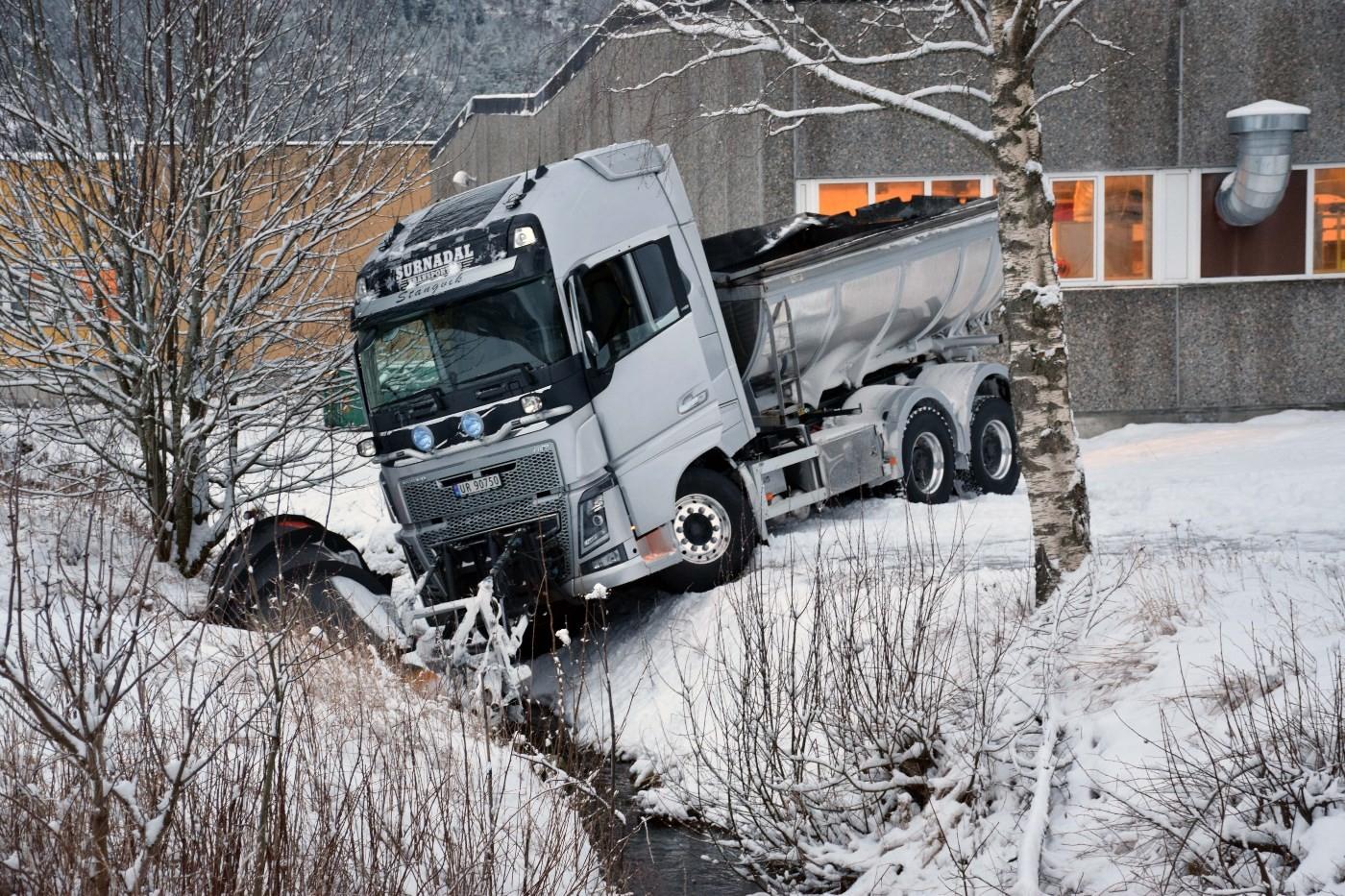 Brøytebilen havna i Lundebekken.   Foto: Jon Olav Ørsal