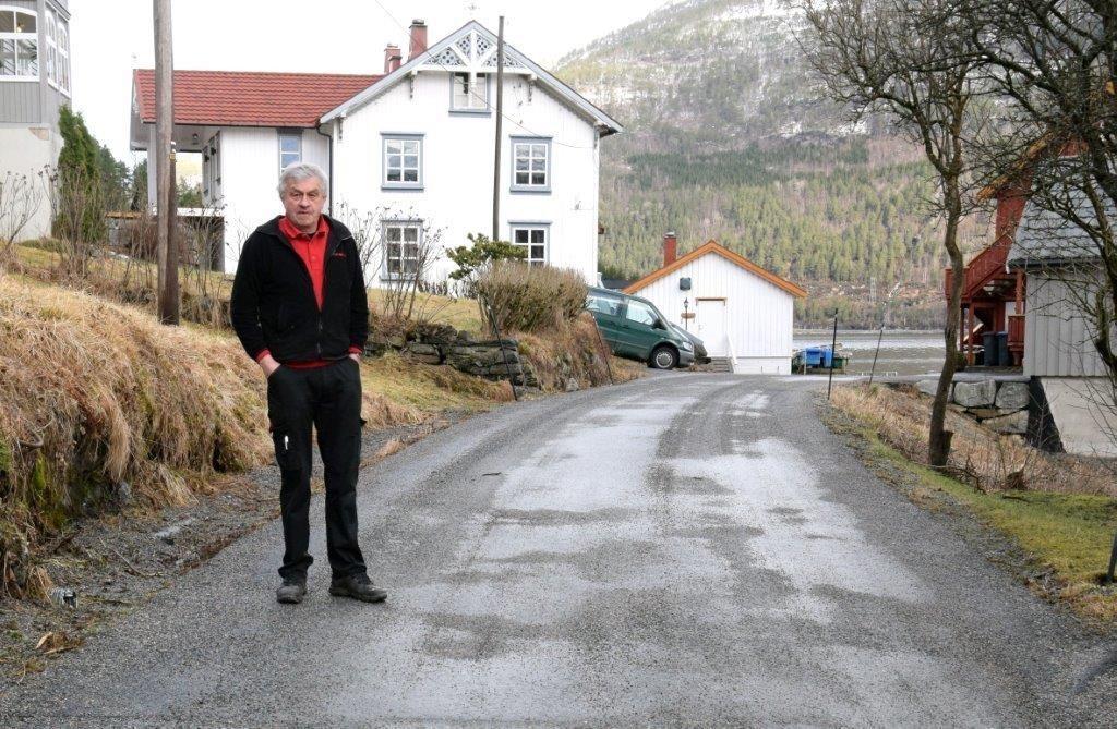 Her startar Ansnesvegen som er foreslegen omklassifisert til privat veg, viser Ragnar Halle, som er leiar i utvalet.  Foto: Jon Olav Ørsal