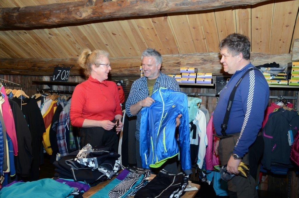 Ny jakke til turen?  Frå venstre Grete Ingebrigtsen, Gudmund Kårvatn og Jon Are Husby.  Foto: Jon Olav Ørsal