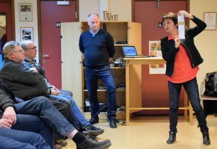 Knut Haugen og Lilly Gunn Nyheim innleia om Kommunereforma på møtet i Todalen skule.  Foto. Jon Olav Ørsal