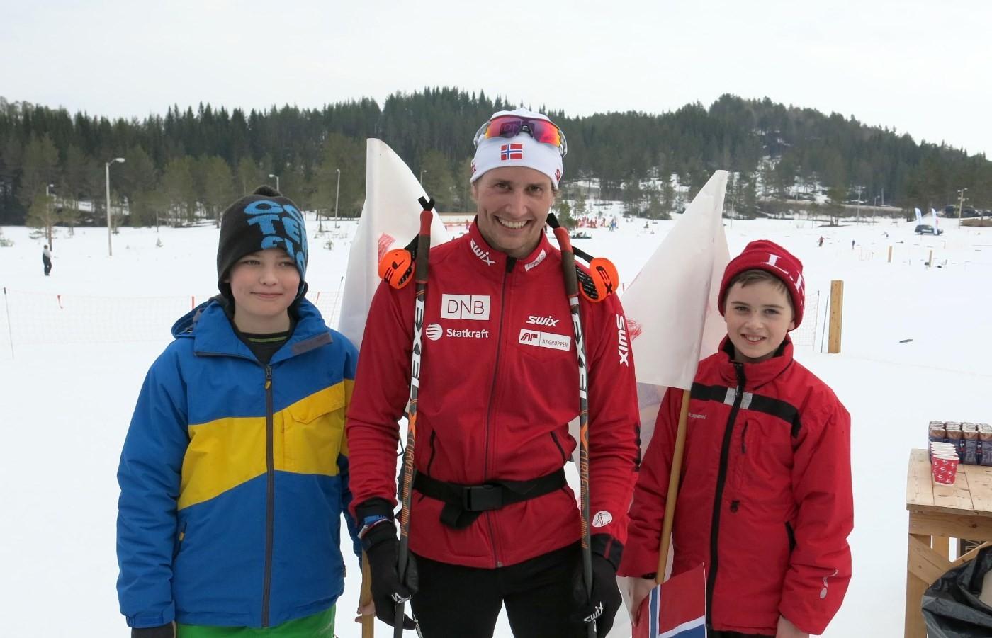 Bror og Erik helsa på Nils Erik Ulset på Nordmarka - og bilete vart det!  Arkivfoto: Dordi Jorunn Halle