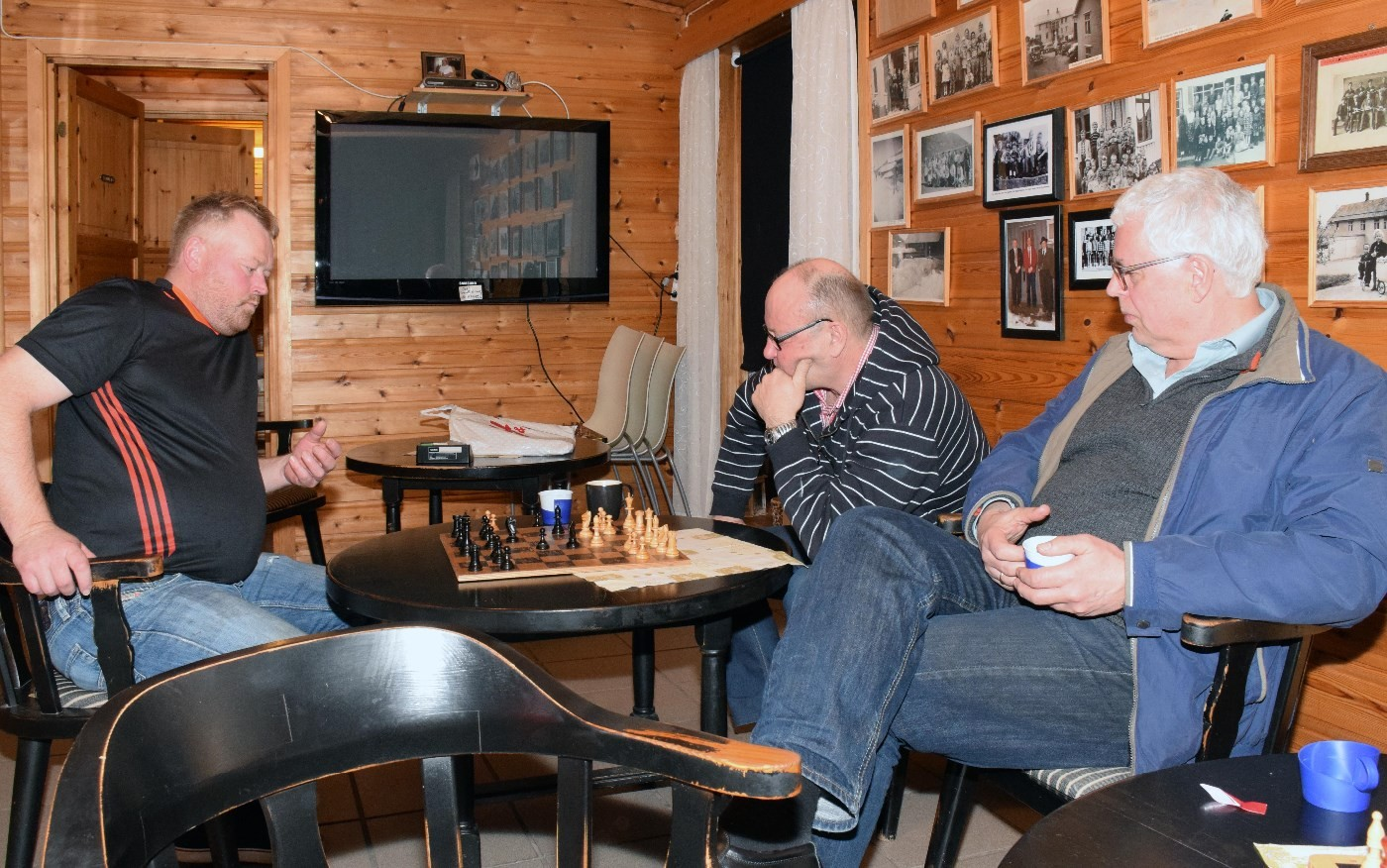 Ståle Ansnes og Terje Nordvik i ein sjakk-duell, medan Anders Talgø følgjer med kva som foregår på brettet.  Foto: Jon Olav Ørsal
