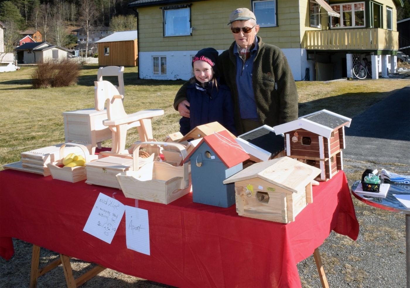 Leah og bestefar hadde flytta Spikbua ut på vegkanten.  Foto: Jon Olav Ørsal
