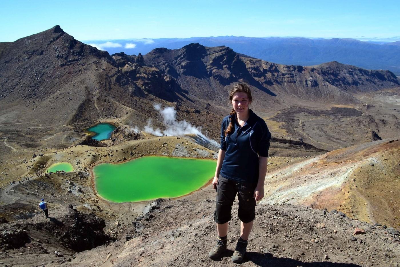 Oda framanfor Emerald Lakes i Tongariro. Foto: Driva/Oda Halle