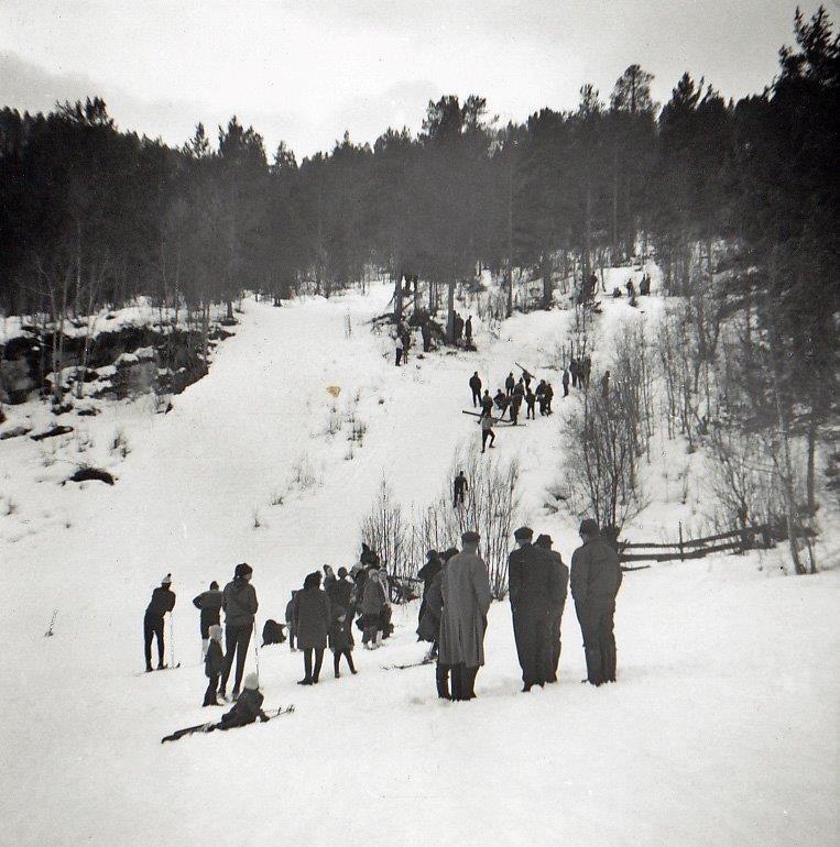 Det er no lenge sia det siste hopprennet i Ørsalbakkan, men i si tid var det stor aktivitet i dei to hoppbakkane,  Foto utlånd av Todalen historielag.