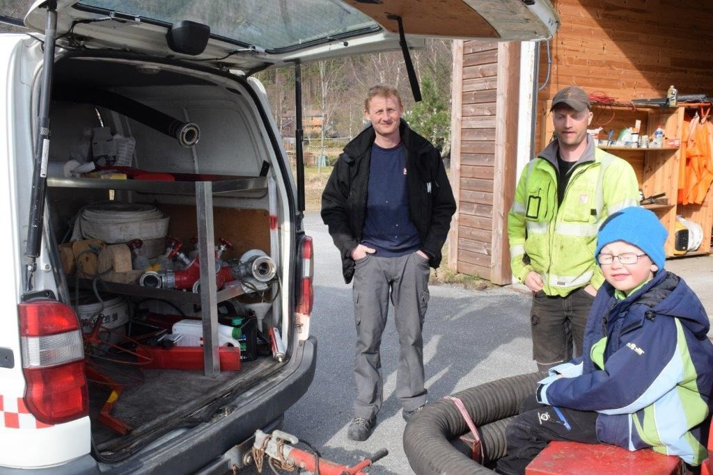 Dan Roger Pedersen og Ivar Bolme er med i det lokale brannvernet. Markus skal også bli med når han blir stor!  Foto: Jon Olav Ørsal
