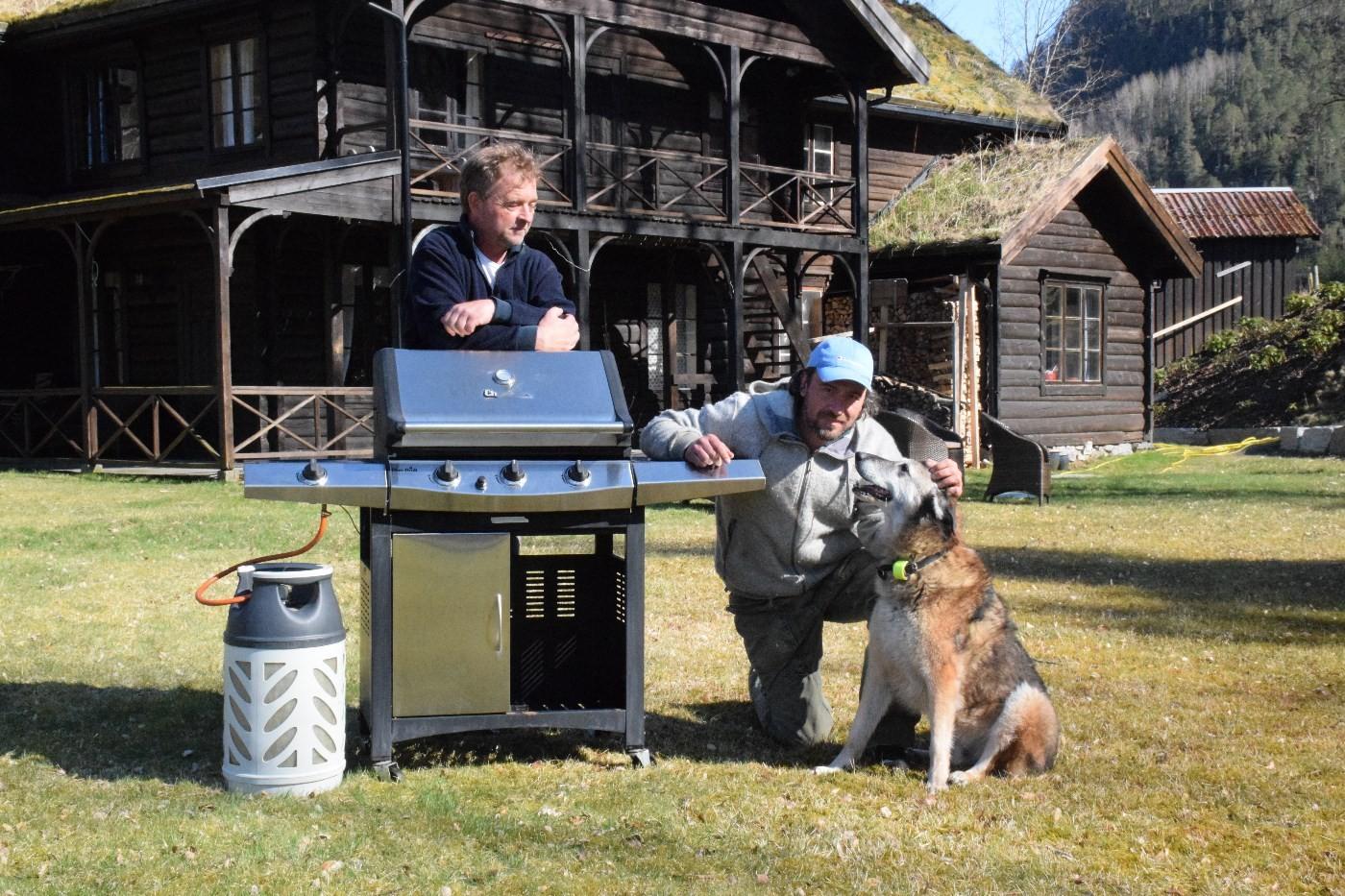 Ny grill på plass på Todalshytta. Eric malling og kompisen Jan Larsen framfor Todalshytta.  Foto: Driva/Jon Olav Ørsal