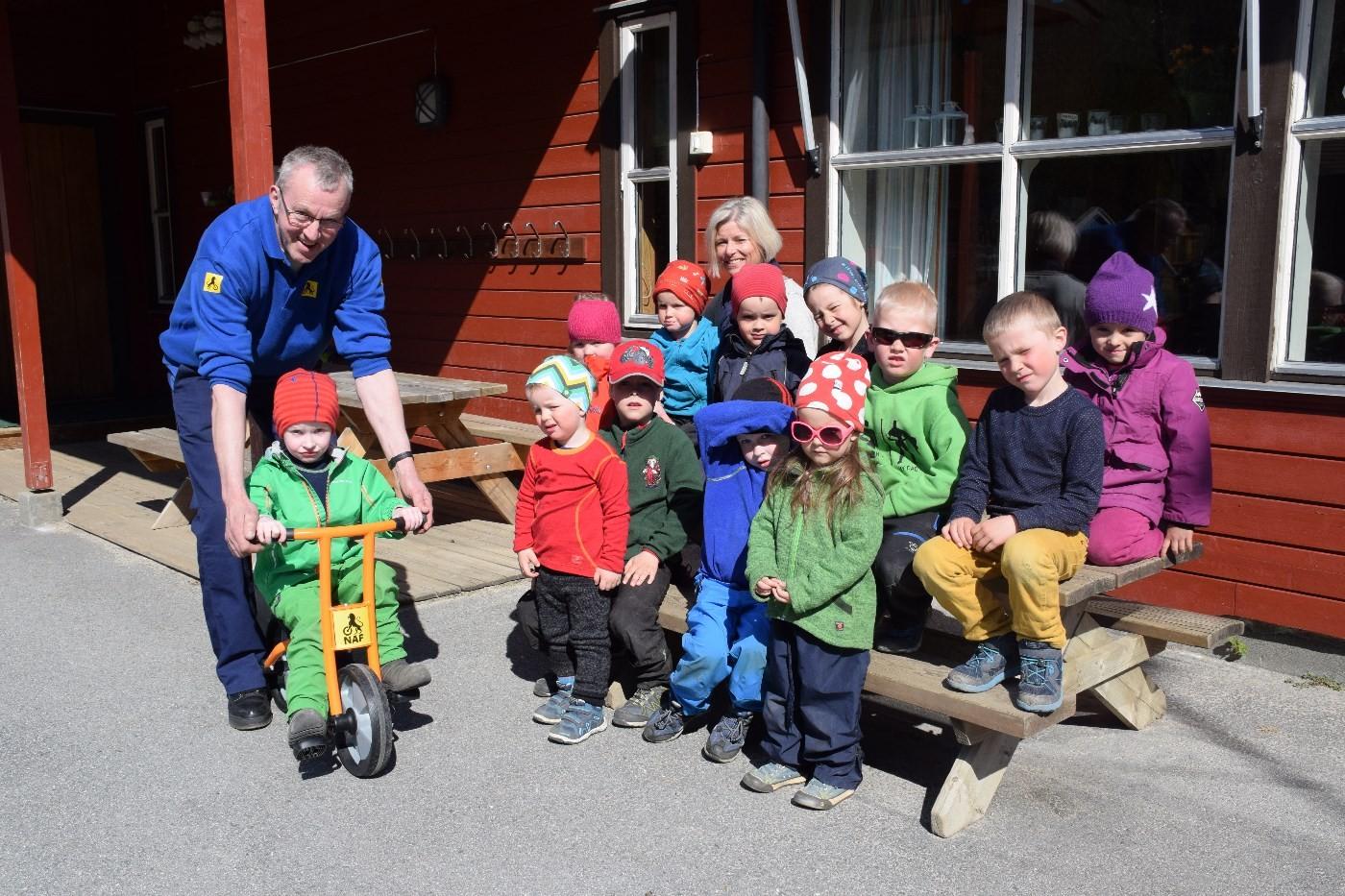 heile gjengen i barnehagen samla saman med Einar Grønnes frå NAF.  Foto: Jon Olav Ørsal