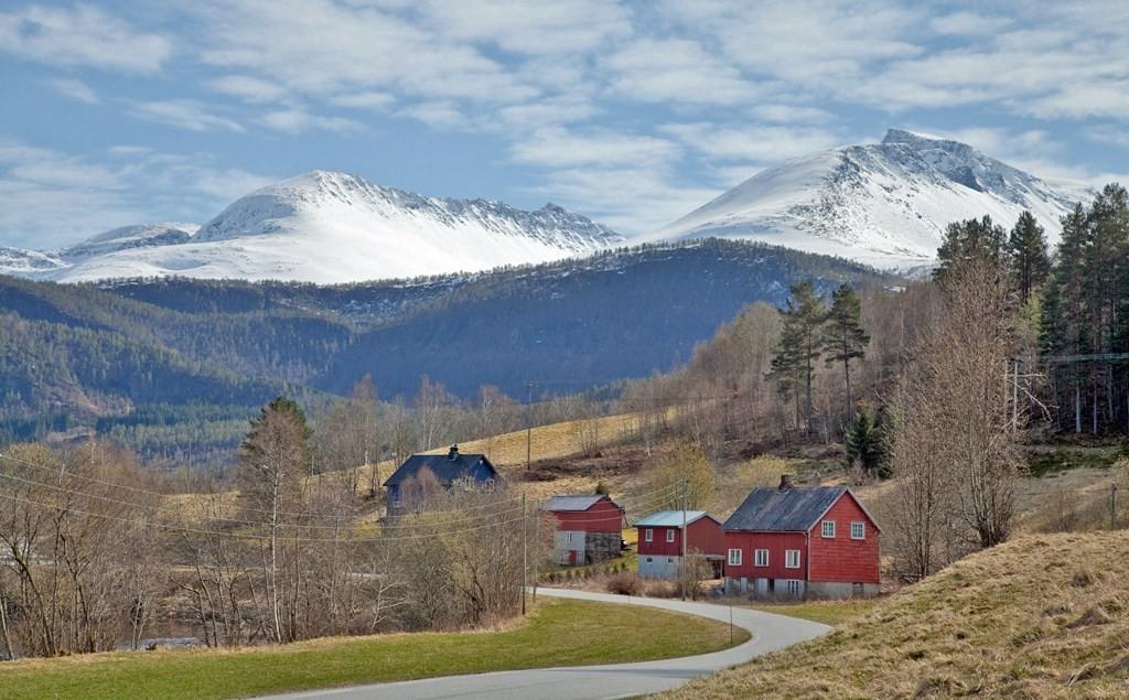 Kjente fjell i Todalen: Skjerdingfjellet og Snøfjellet.  Foto: H. E. Folden