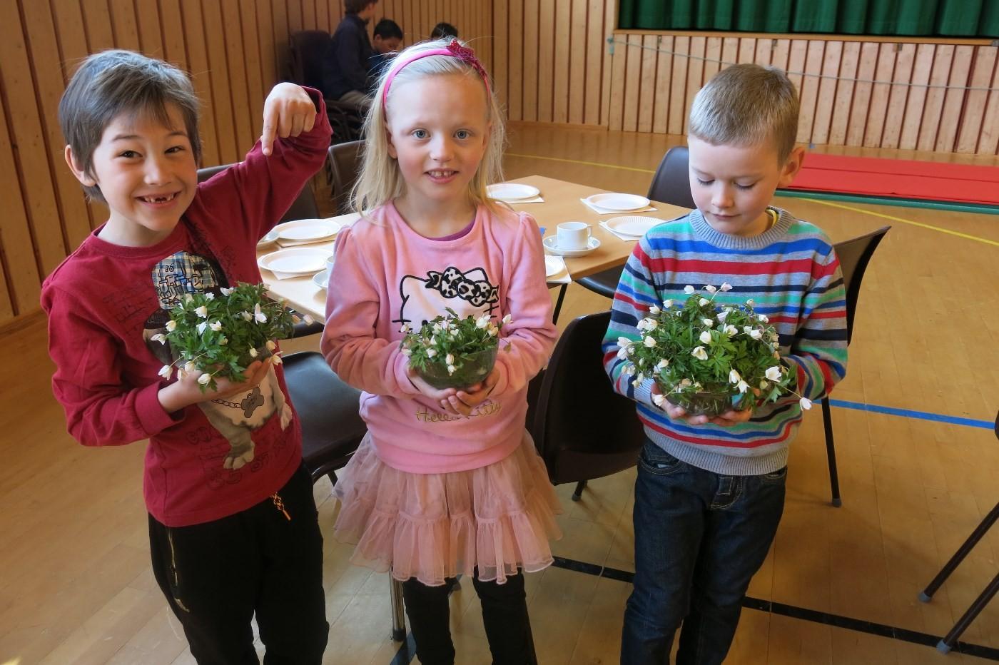 Førsteklassingane Hallvard, Maria og Tor Asbjørn hadde pukka kvitsymre for å pynte borda.  Foto: Dordi Jorunn Halle