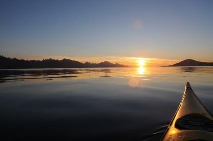 Kajakk i Solnedgang på Hadselfjorden. Austvågøya til venstre og Hadseløya til høgre