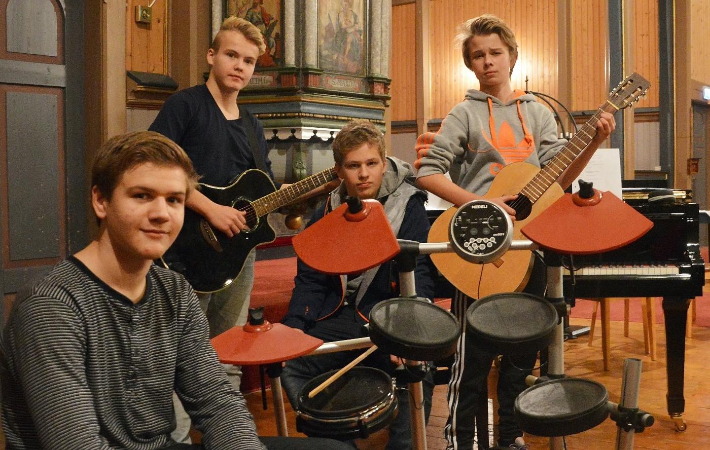 Bandet med Eirik (frå venstre), Torstein, Erik og Per Emil øver i Stangvik kyrkje. (Foto: Bernt G. Bøe)