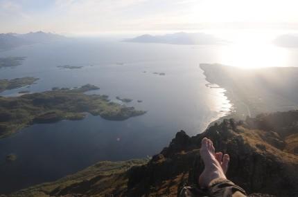 Moloen på Hennes til høgre, Lofoten til venstre og Island rett fram.paint