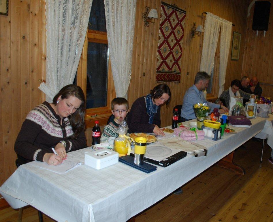 Full konsentrasjon blant skriverne ved basarbordet.  Foto: Sverre Kjølstad