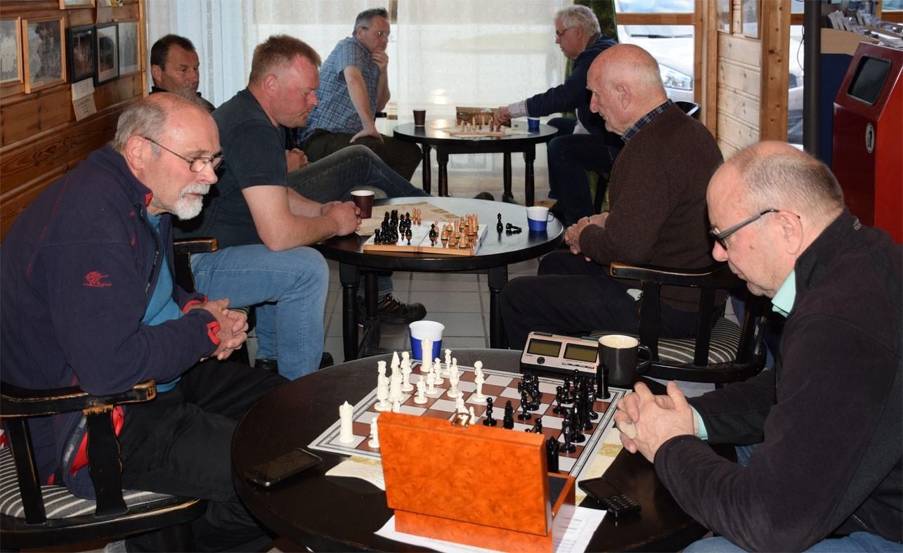 Siste sjakk-kveld med tre deltakarlag. Trygve mot terje N, Ståle mot Ottar og Tormod mot Anders.  Foto: Jon Olav Ørsal