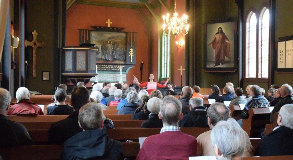 Unni Boksasp og Festivalkvartetten opptredde for eit begeistra publikum i Todalen kyrkje.  Foto: Jon Olav Ørsal