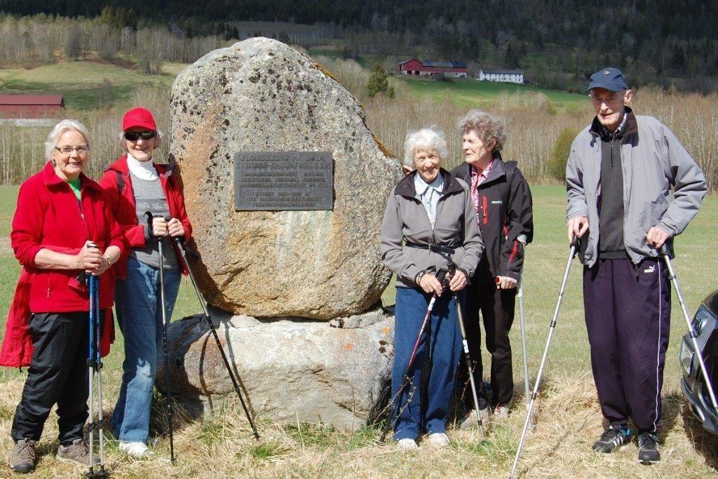 støtta til minne om flomsikringa av Søya i åra 1985 til 1989.  Foto: Vidar Sogge
