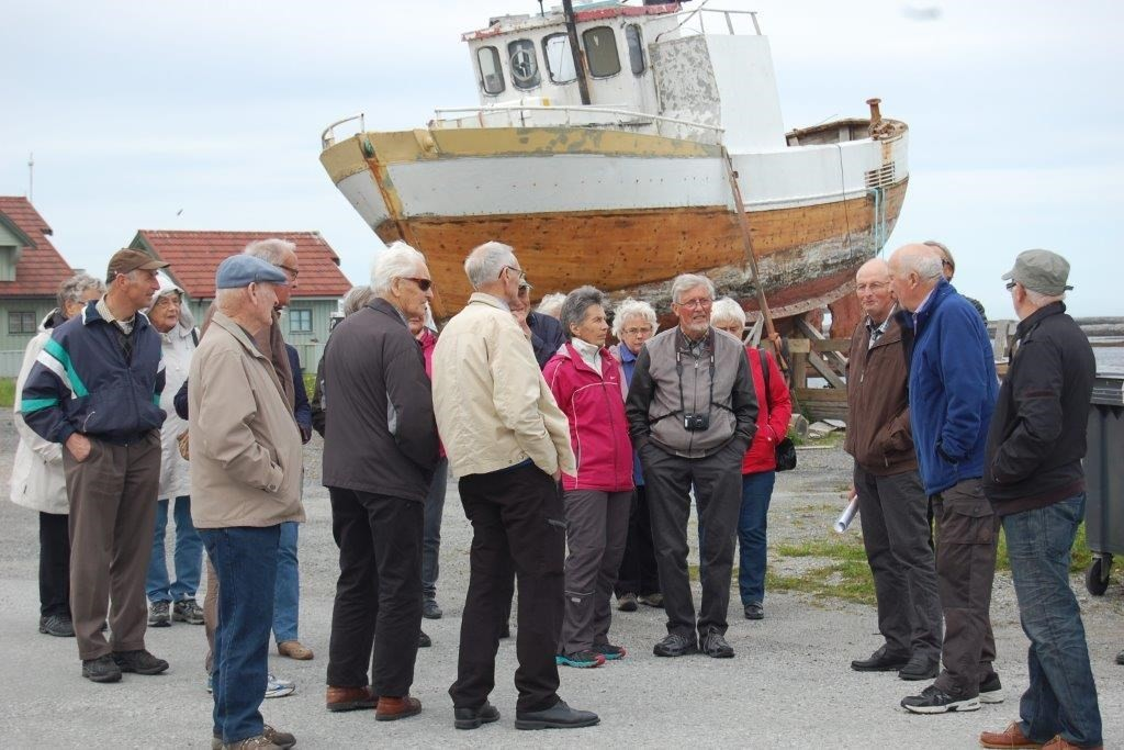 Kjell Brende fortel at her står vi på det nordlegaste punktet i Møre og Romsdal.  Foto: Vidar Sogge