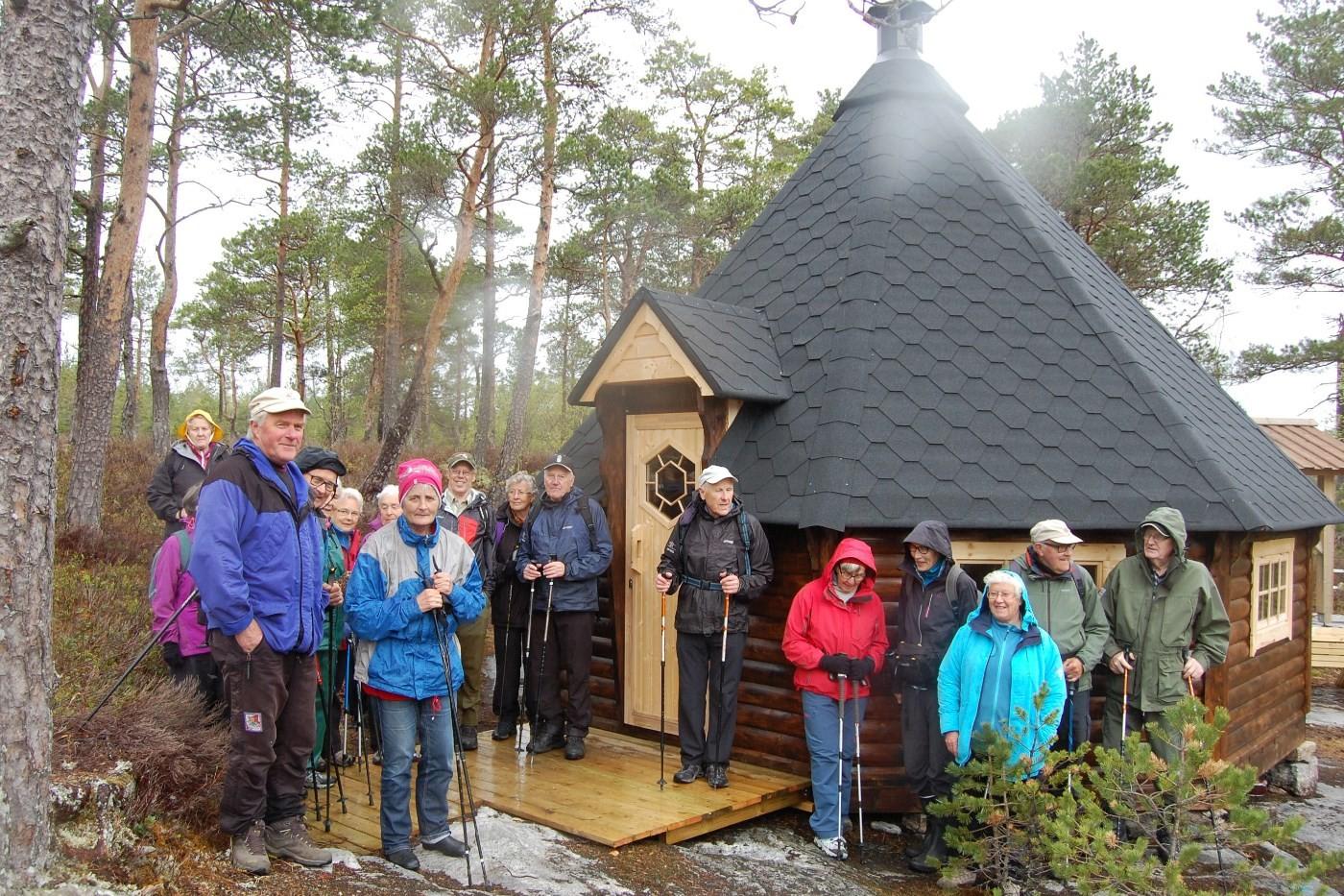 Deltakarane samla framom Grillhuset, som er bygd på dugnad av 4-H i Halsa og sponsa av Lerøy fiskeoppdrett.   Foto: Vidar Sogge