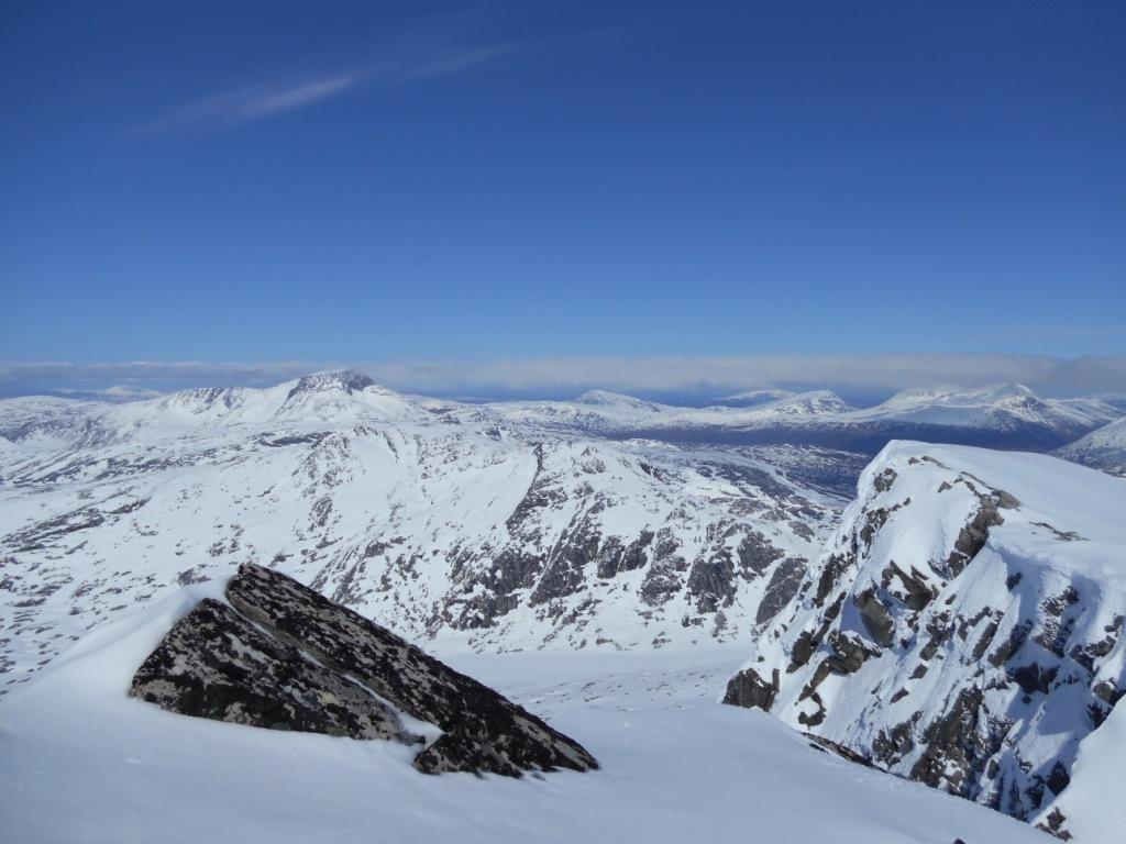 Utsikt mot Snotå og geithetta frå toppen av Neådalssnota.  Foto: Jorunn Nordvik
