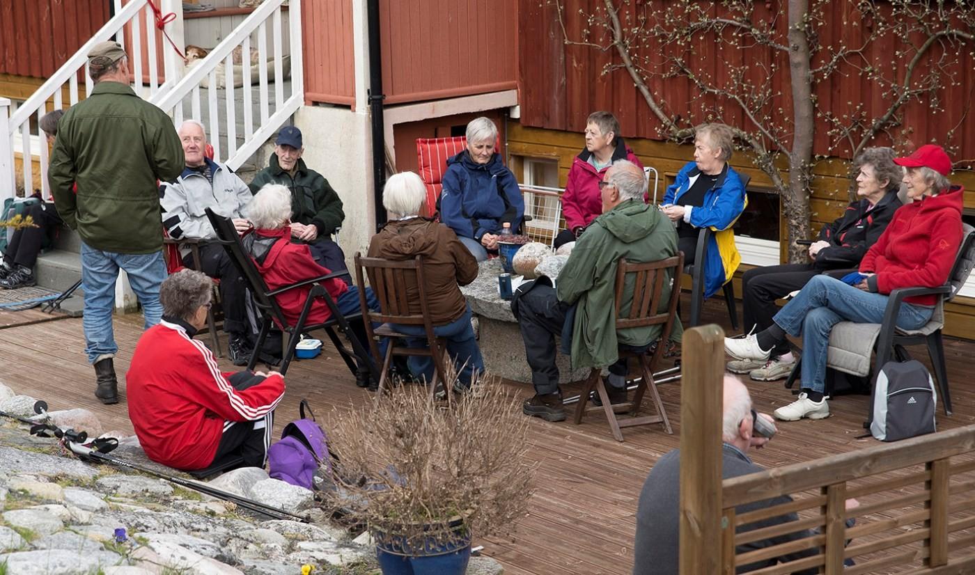 Kaffepause på terrassen på Elvestad.  Foto: Reidar Østvik