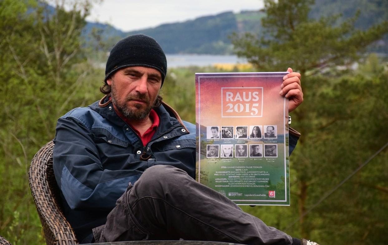 Raus 2015 - Eric Malling med konsertplakaten. Sett av kvelden den 3. juni. Foto: Driva/Jon Olav Ørsal