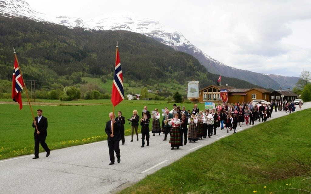 Folketoget på veg frå kyrkja til skulen - med korpsmusikk.  Foto: Jon Olav Ørsal