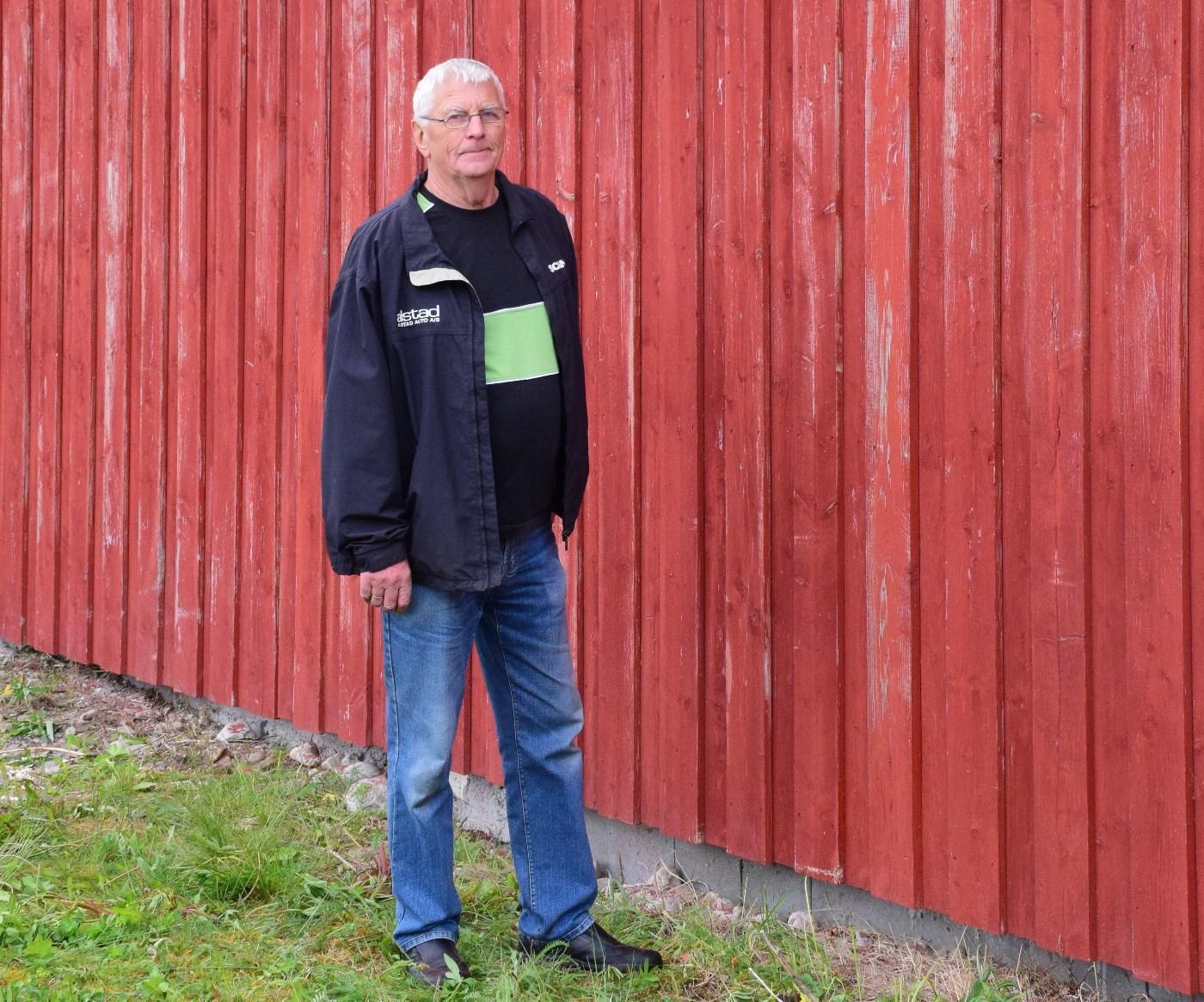Veggene er ferdig skråpa og klare for eit strøk med måling, seier Gudmund Kvendset.  Foto: Jon Olav Ørsal
