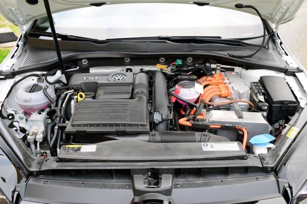 Golf GTE har to motorar i motorkassen.  Foto: Jon Olav Ørsal