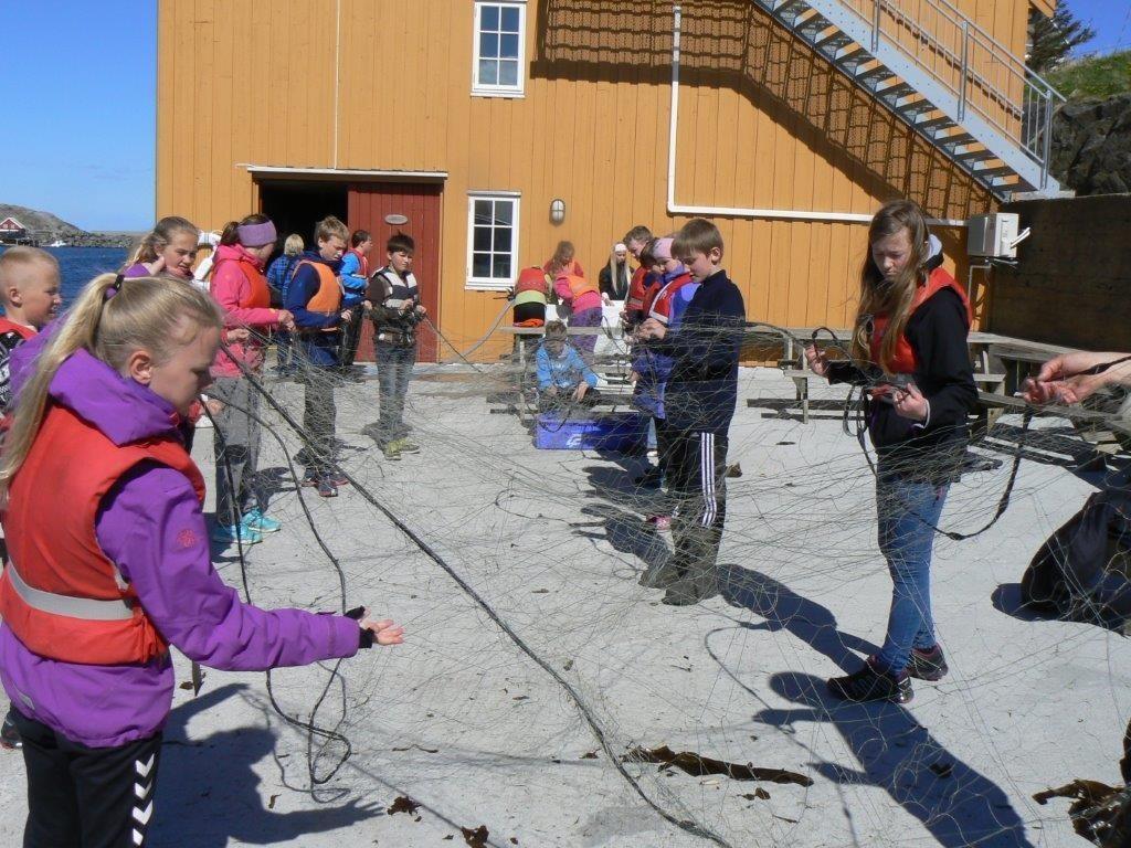 Elevane fekk prøve litt av kvart under opphaldet på Bjørnsund.  Foto: Britt Mossing
