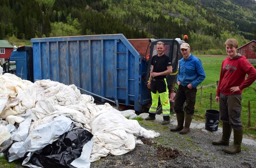 Bra at det er resirkulering på plasten.  Frå venstre Steinar Husby, Gudmund Kvendset og Ola Kvendset.  Foto: Jon Olav Ørsal