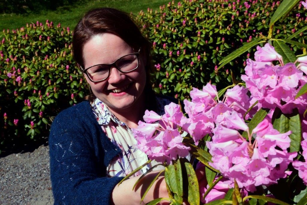 Maja Frønes med rododendron i full blomstring.  Foto: Jon Olav Ørsal