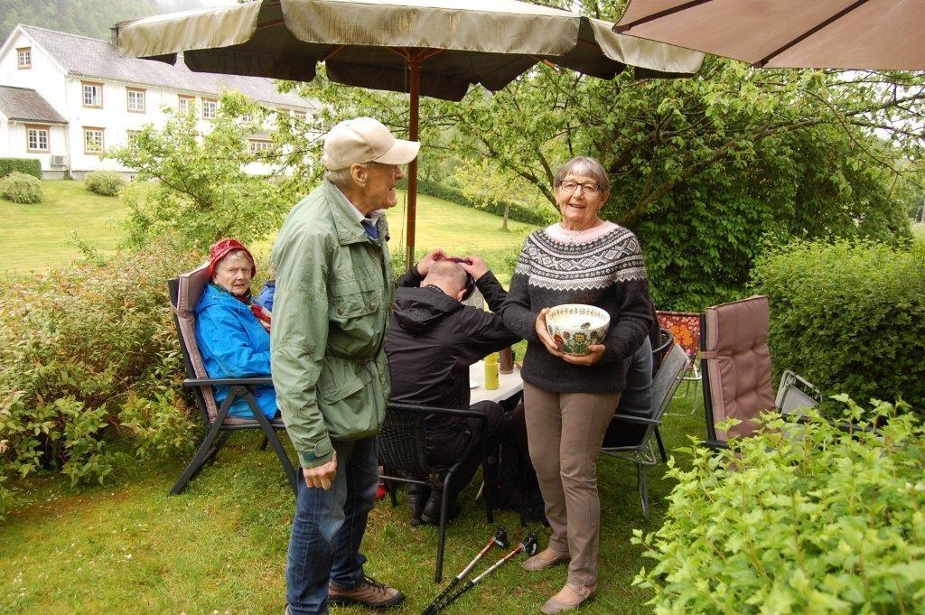 Anne Marie går rundt og spanderer ekte, god sønndalsgraut!  Førsteklasses molte, plukka av Bjørg og Per, kom òg ut på borda!  Foto: Vidar Sogge