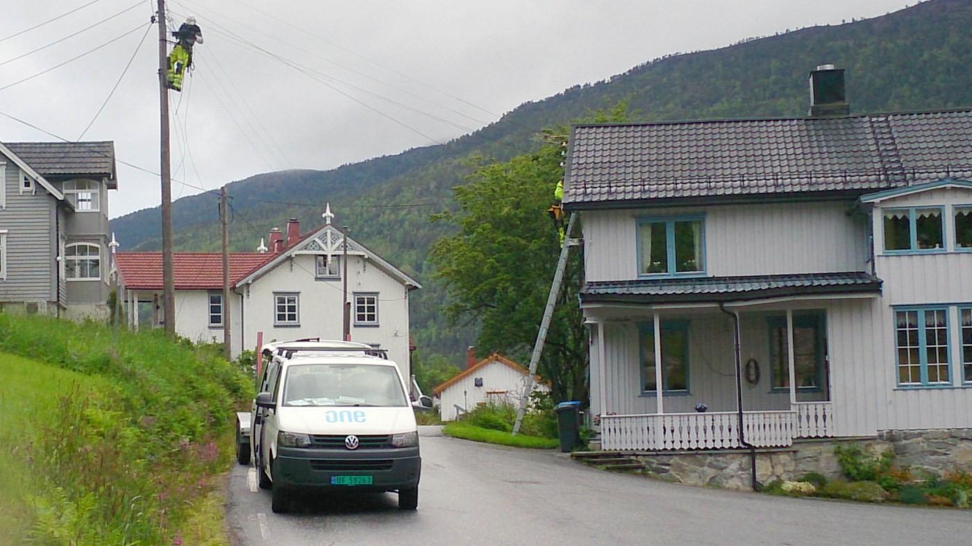 No pågår arbeid med montering av fibebasert breiband på Todalsøra.  Foto: Tormod Kalseth