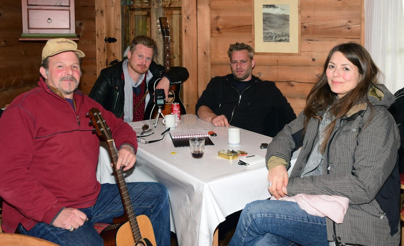 Jeff Wasserman, Amund Maarud, Asle Beck og Claudia Scott trivdes godt på Todalshytta. Footo: Driva/Jon Olav Ørsal