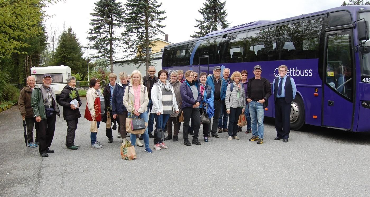 Hele gjengen samlet foran bussen.  Foto: Ola Halle
