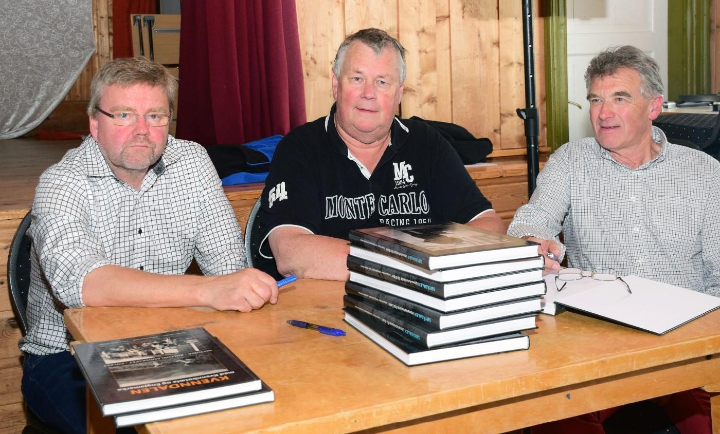 Dei tre forfattarane signerer boka om Søyådalen i 2015  Arkivfoto: Jon Olav Ørsal