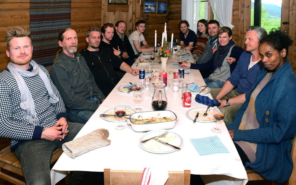 Heile gjengen samla til middag rundt langbordet på Todalshytta.  Foto: Jon Olav Ørsal