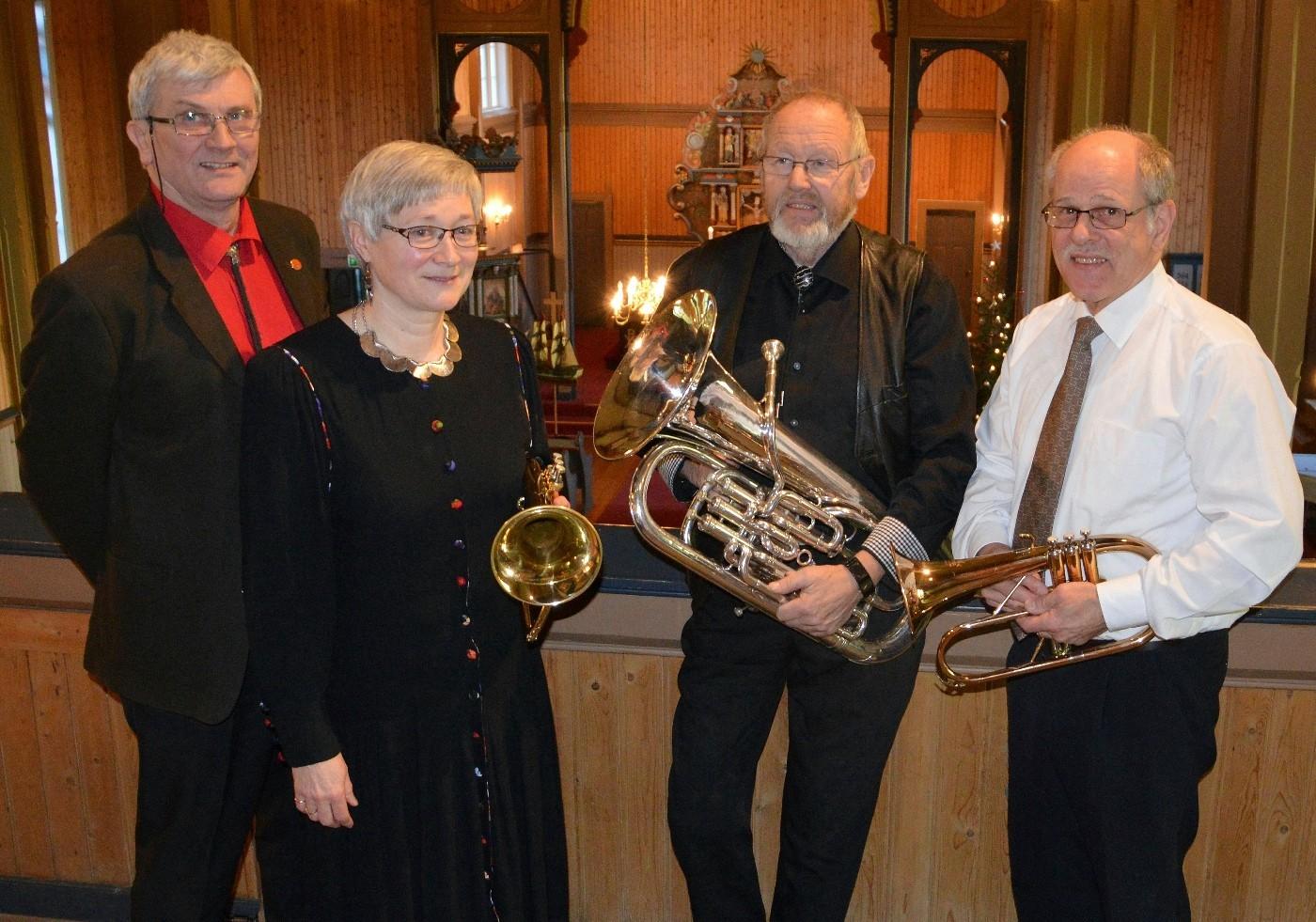 Fire av dei i alt ti som byr på «Drømmekonsert» - her ved eit tidlegare høve i Stangvik kyrkje. Frå venstre Bjørn Stomsvik, Eli Berg, Sigfred Gravvold og Erik Berg.