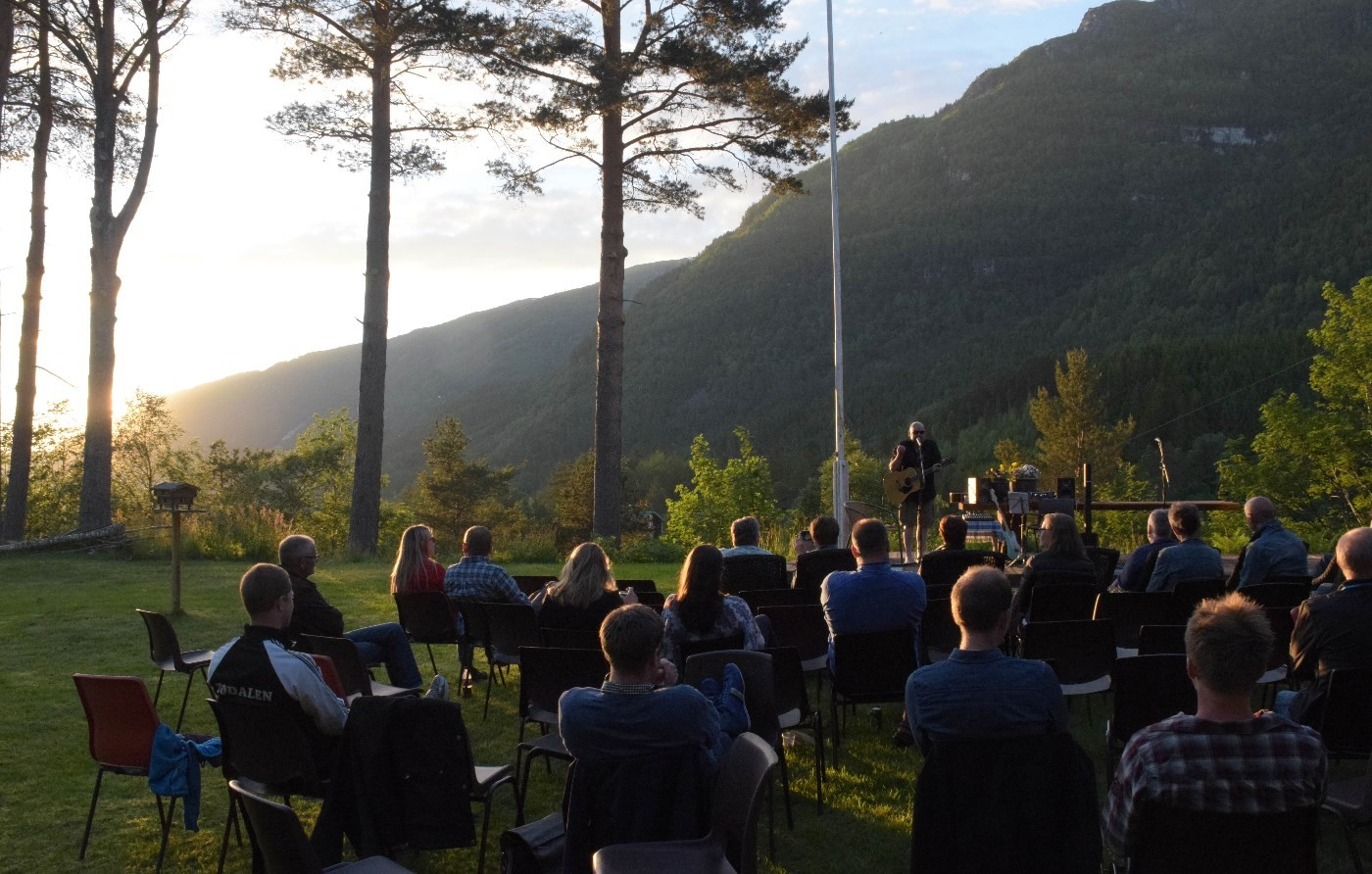 Konsert inn i solnedgangen - på Todalshytta.  Foto: Driva/Jon Olav Ørsal