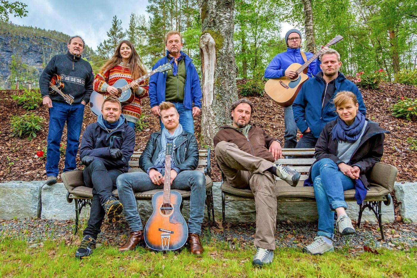 Eric Malling og resten av låtskrivargjengen på Todalshytta.  Arkivfoto: NRK