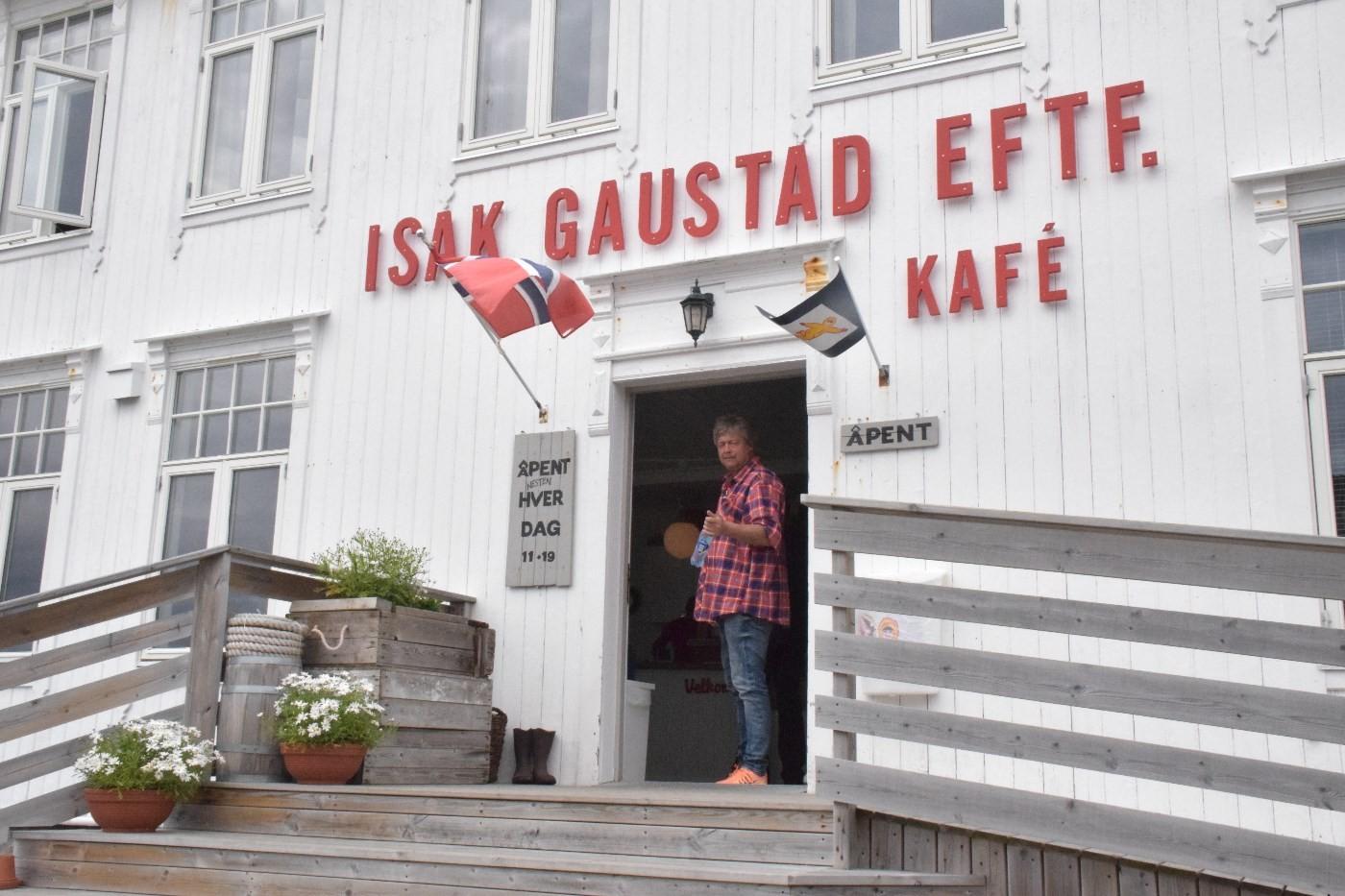 Nystekte bakels lokka oss inn på kafeen på Titran.  Foto: Jon Olav Ørsal