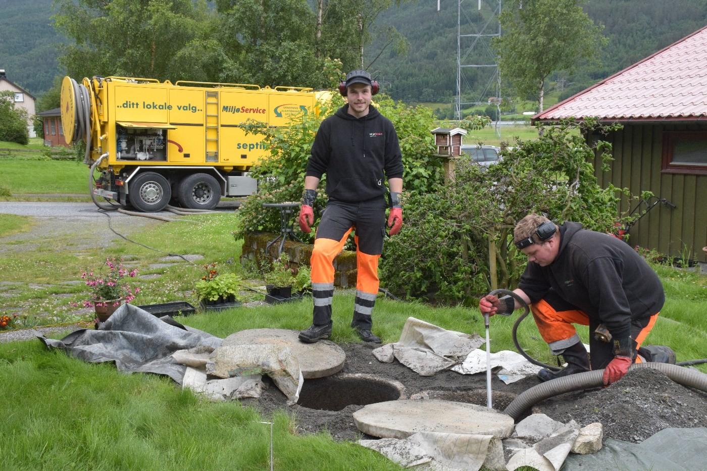 Jørgen Dragesæt og Fredrik Egge Eimstad igang med tømming på Kvennset.  Foto: Jon Olav Ørsal