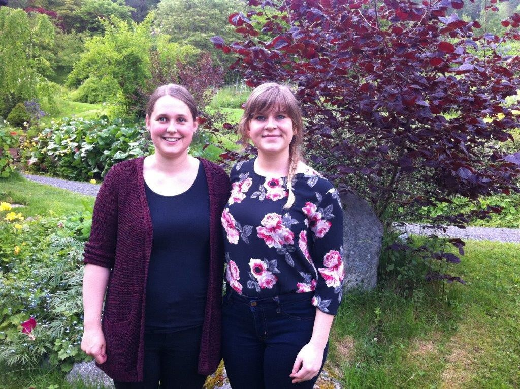 Toril Nygård og Ida Andrine Heggset er triveleg vertskap i Svinvik arboret. Foto: D.J.H